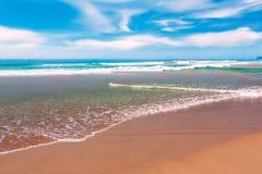 Olas oceánicas de la playa y de la turquesa de Sandy Fotos de archivo