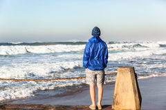 Olas oceánicas de observación del adolescente Fotografía de archivo libre de regalías