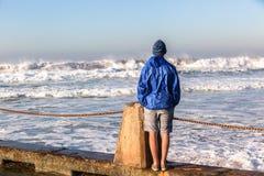 Olas oceánicas de observación del adolescente Imagen de archivo libre de regalías