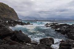 Olas oceánicas en la piscina natural de Termas DA Ferraria, Azores Imagen de archivo