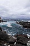 Olas oceánicas en la piscina natural de Termas DA Ferraria, Azores Foto de archivo libre de regalías