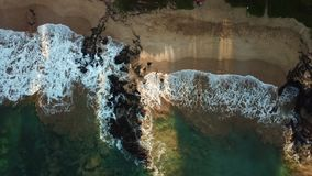 Olas oceánicas en la playa en Hawaii almacen de video