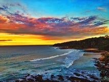 Olas oceánicas en la puesta del sol Foto de archivo