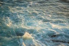 Olas oceánicas en la salida del sol Imágenes de archivo libres de regalías