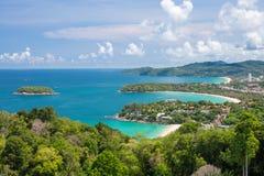 Olas oceánicas hermosas de la turquesa con los barcos y la costa costa del alto punto de visión Playas de KATA y de Karon Foto de archivo libre de regalías