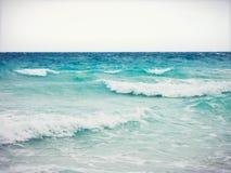 Olas oceánicas idílicas de la turquesa Imágenes de archivo libres de regalías