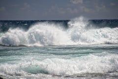 Olas oceánicas pacíficas en la orilla imagen de archivo libre de regalías