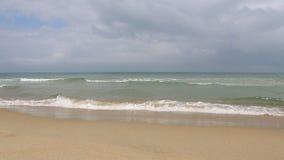 Olas oceánicas pacíficas en la playa en la ciudad de Hoi An, Vietnam almacen de video