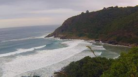 Olas oceánicas, playa de Noordhoek, Cape Town, Suráfrica metrajes