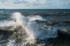 Olas oceánicas que golpean rocas imagenes de archivo