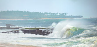 Olas oceánicas que ruedan para arriba en orilla Imagen de archivo libre de regalías
