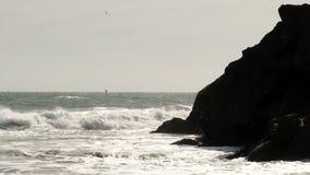 Olas oceánicas que se estrellan contra los promontorios Marin California almacen de video