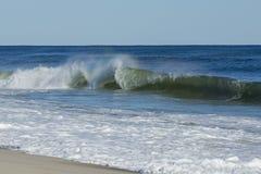 Olas oceánicas violentas, picadas en la playa Imagen de archivo