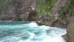 Olas oceánicas y alto acantilado en la isla de Nusa Penia, Indonesia almacen de metraje de vídeo