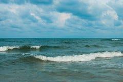 Olas oceánicas y cielo azul Foto de archivo libre de regalías