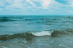 Olas oceánicas y cielo azul Imagenes de archivo