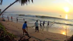 Olas oceánicas y fishman de Shi Lanka almacen de video