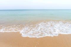Olas oceánicas y playa con la arena en Koh Lanta, Krabi, Tailandia imagenes de archivo