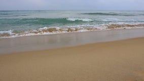 Olas oce?nicas pac?ficas en la playa en la ciudad de Hoi An, Vietnam almacen de video