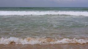 Olas oce?nicas pac?ficas en la playa en la ciudad de Hoi An, Vietnam metrajes