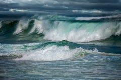 Olas oceánicas grandes en tormenta peligrosa Foto de archivo