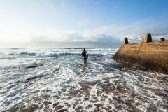 Olas oceánicas que entran de la persona que practica surf Fotos de archivo libres de regalías