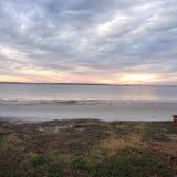 Olas oceánicas que se rompen a lo largo de una línea de la playa rocosa Foto de archivo