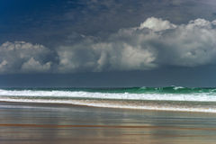 Olas oceánicas verdes en wheather tempestuoso Foto de archivo