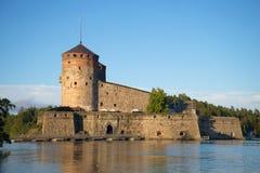 Olavinlinna堡垒在一个温暖的8月晚上 古老芬兰堡垒olavinlinna savonlinna日落 库存图片