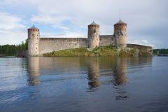Olavinlinna堡垒在多云6月晚上 古老芬兰堡垒olavinlinna savonlinna日落 库存图片