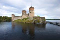 Olavinlinna堡垒的看法在一个多云6月晚上 古老芬兰堡垒olavinlinna savonlinna日落 图库摄影