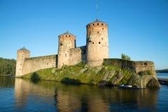 Olavinlinna fästning i strålarna av inställningssolen forntida solnedgång för savonlinna för finland fästningolavinlinna Arkivbilder