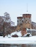 Olavinlinna i vintern, århundradeslott för th 15 Arkivbilder