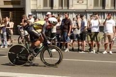 Olbrzymi drużynowi konkurentów stojaki na następach przy Giro 2017, Mediolan Obrazy Royalty Free