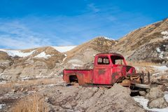 Old, abandoned car in the Drumheller badlands Stock Photos