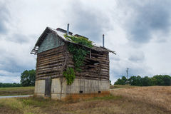 Old Abandoned Log and Mud Tobacco Barn. Used to dry tobacco leaves in rural Virginia, USA Royalty Free Stock Photo