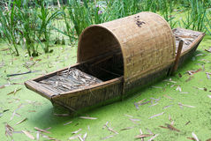 Old abandonned chinese bamboo boat in green water Stock Photography