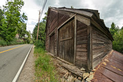 Old barn along the highway Royalty Free Stock Photos