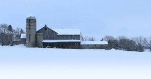 Old barn with falling snow Royalty Free Stock Photos
