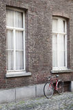 Old bicycle against brick wall Royalty Free Stock Photos