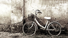 Old bicycle and cracked wall Royalty Free Stock Images