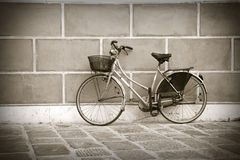 Old bike against the wall Royalty Free Stock Images