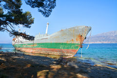 Old boat stranded on the shore Royalty Free Stock Photos