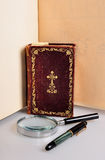 Old book,pen and magnifie Royalty Free Stock Photos