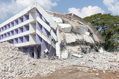 Free Old Building Collapse After Earthquake Wating To Demolish By Engineer Royalty Free Stock Photo - 151375485
