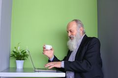 Old Businessmen issues instructions to subordinates online, talk stock photos