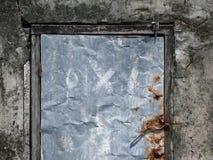 Old cabin with metal door Royalty-vrije Stock Afbeeldingen