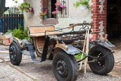 Old cart with in front of an old barn Royalty Free Stock Photography