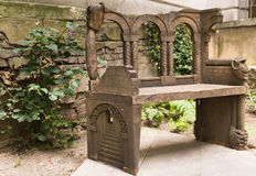 Old carved bench in the heart of the city of London. Open park area Royalty Free Stock Photos