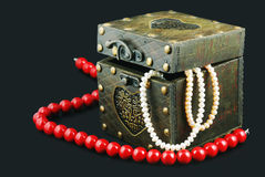 Old casket with jewelry Royalty Free Stock Photos